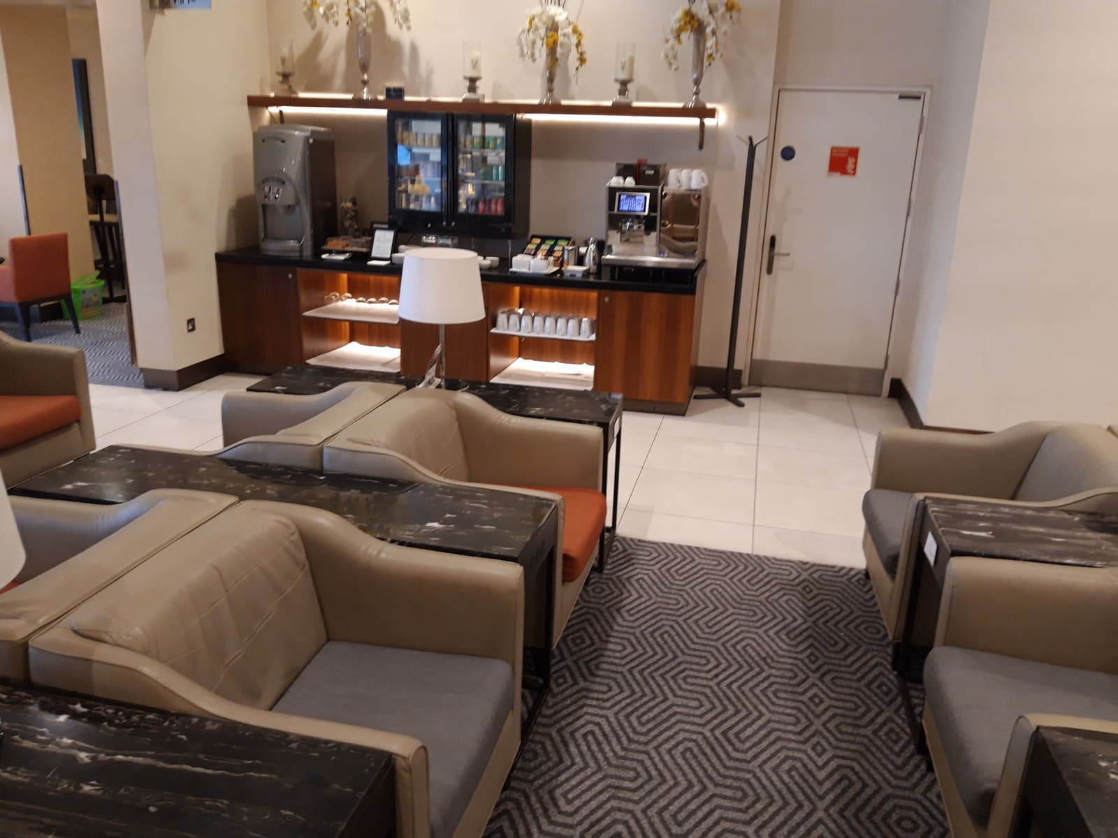 Silverkris Lounge London Getränkestation im Lounge-Bereich