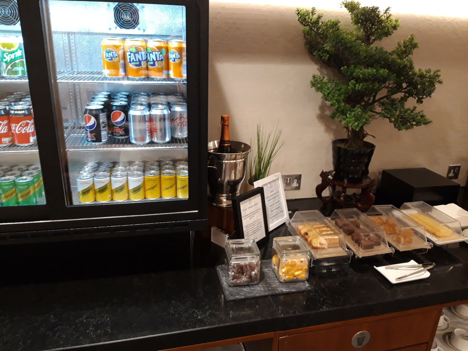 Silverkris Lounge London Heathrow Getränke und Kuchen