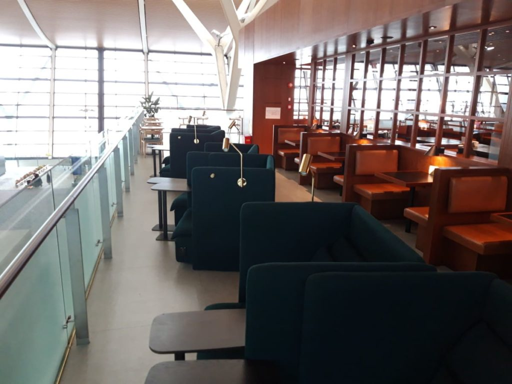 Cathay Pacific Lounge Shanghai Außenbereich mit Ruhesesseln