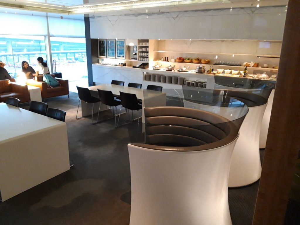 Cathay Pacific Lounge The Wing Hongkong Buffet unten
